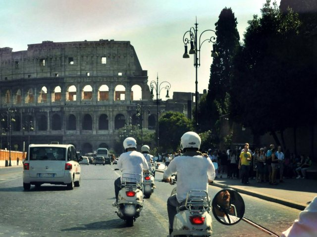 Colosseo in Vespa