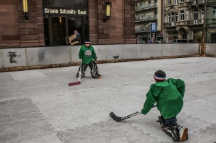 Street Playing Ice Hockey Mannheim © smartraveller blog